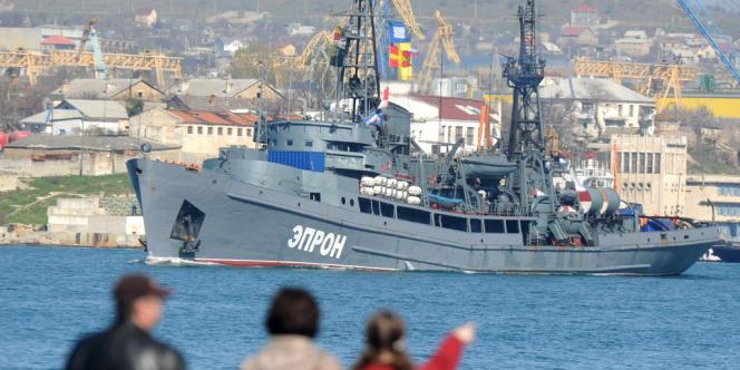 Des navires militaires russes entrent dans l'une des baies de la ville de Sébastopol, en Crimée.