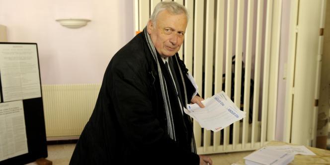 Elections municipales de BŽéziers,1er tour. Vote de Jean-Michel du Plaa, candidat PS au bureau de vote de l'Hô™tel Bastard.