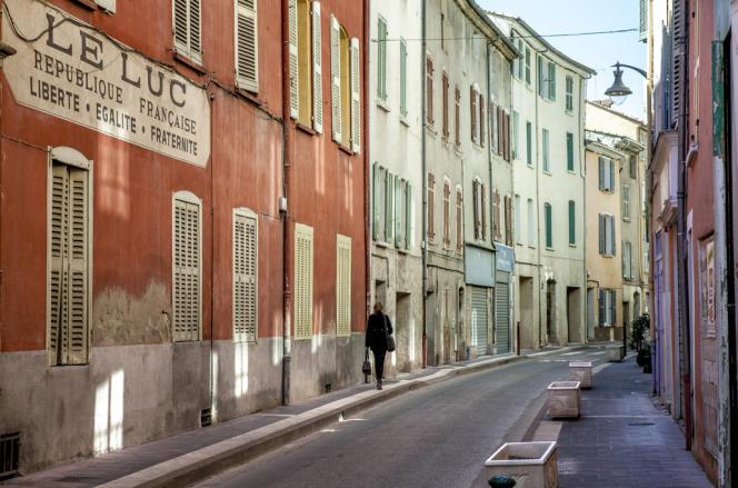 La rue de la République, dans le centre-ville du Luc touché par de nombreuses fermetures de commerces.