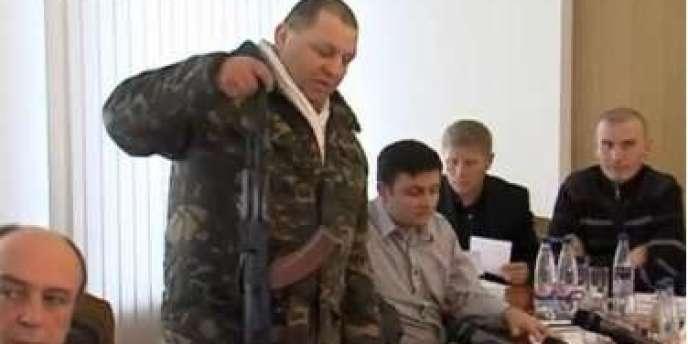 Mouzitchko, homme massif au physique de baroudeur, s'était fait connaître après avoir mis sur YouTube deux vidéo qui le montraient en train d'apostropher le conseil municipal de Rivne et de frapper un procureur.