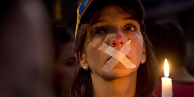 L'information est l'une des principales victimes du climat de polarisation politique qui divise le Venezuela. Les journaux souffrent, et le pluralisme disparaît de l'audiovisuel.