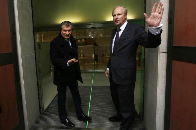 Igor Setchine (à gauche), PDG de Rosneft, et Bob Dudley, PDG de BP, à Londres, en mars 2013.