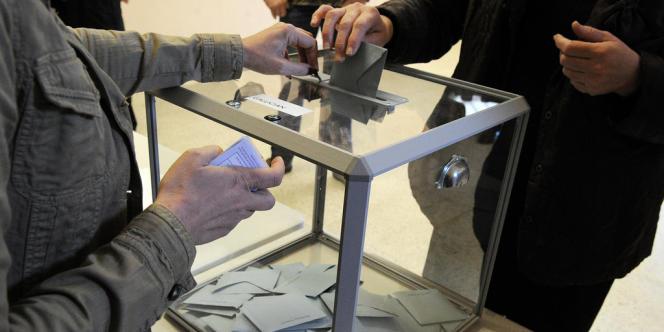 Dans un bureau de vote à Montpellier, le 23 mars.