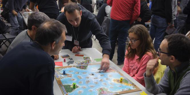 Présentation de River Dragons, un jeu d'Asmodée, lors du Salon DAU de Barcelone, le 14 décembre 2013.