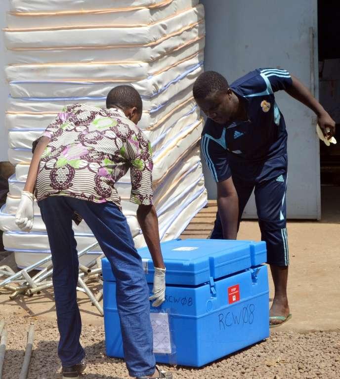 Du matériel de protection de MSF arrive le 25 mars à Conakry, où sévit le virus Ebola.