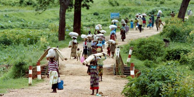 Réfugiés Rwandais fuyant Kigali, sur la route de Byumba, le 11 mai 1994.
