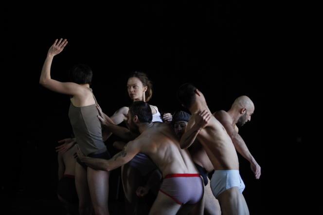 En slip et en chaussettes dans «The Goldlandbergs», d'Emanuel Gat.