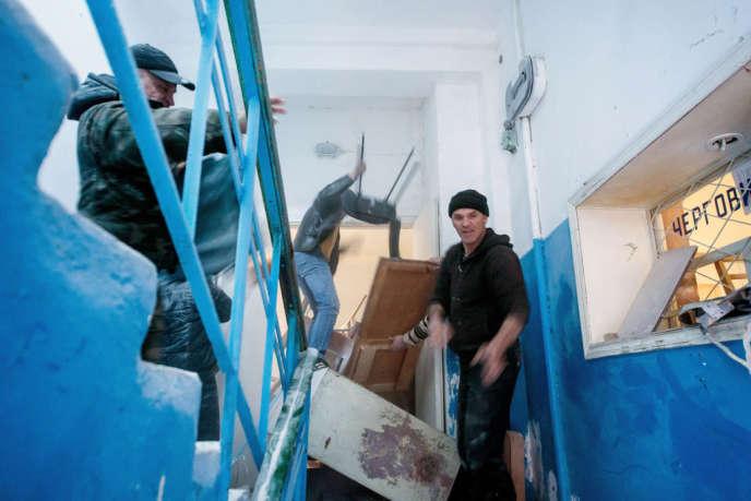 Le 22 mars, des manifestants prorusses ont saccagé les locaux de la base aérienne de Novofedorovka, où s'étaient réfugiés des soldats ukrainiens.