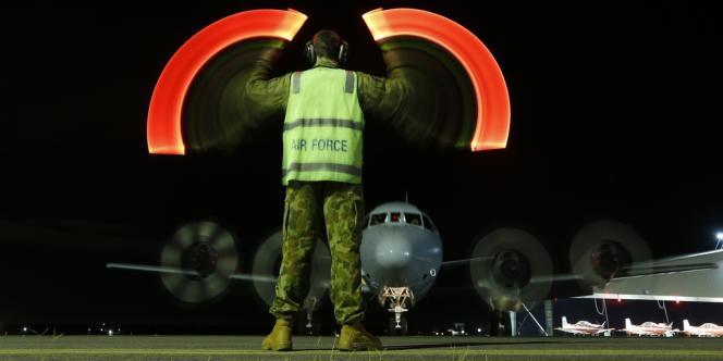 Un avion de surveillance maritime australien revient à sa base après avoir survolé le sud de l'océan Indien, mercredi 26 mars.