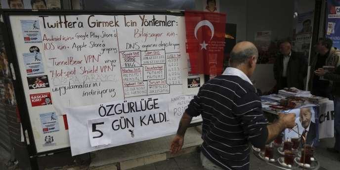 Un panneau détaille les différentes façons d'accéder au site Twitter, bloqué par le gouvernement turc depuis lundi.