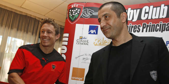 Mourad Boujellal, président du RC Toulon, serrant la main à l'étranger le plus payé du Top 14, le 27 mai 2009.