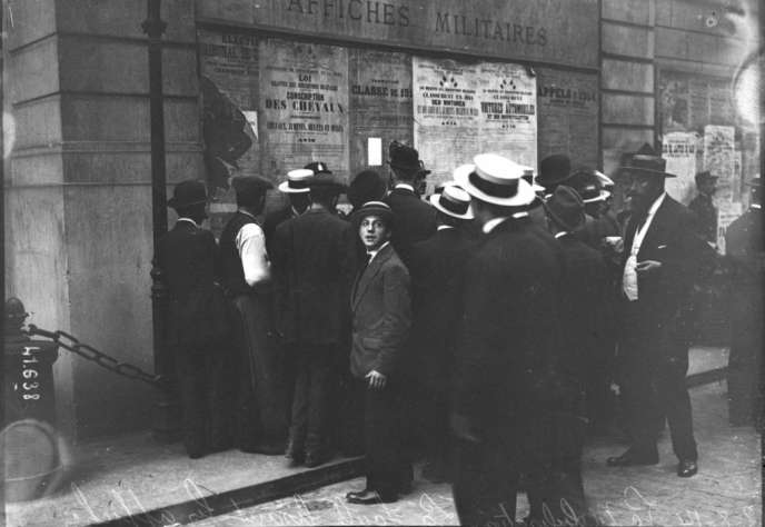 2 août 1914, mobilisation : la foule lisant les affiches.
