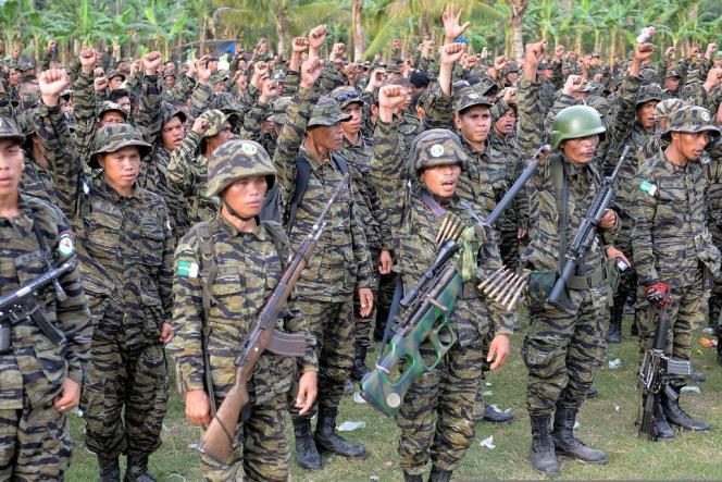 Les membres du Front Moro islamique de libération, aux Philippines, lancent «Allah akbar» (