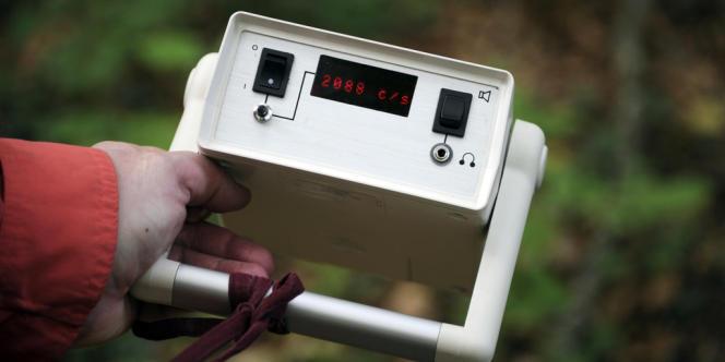 Mesure de la radioactivité à l'aide d'un compteur Geiger, près d'une ancienne mine d'uranium à Meslan le 21 avril 2011.