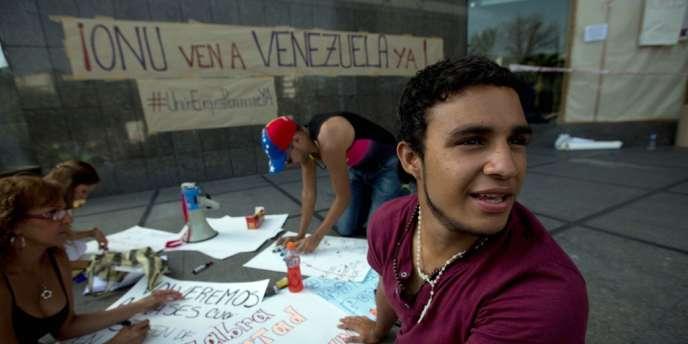 Des étudiants préparent des affiches devant le bureau des Nations unies à Caracas.