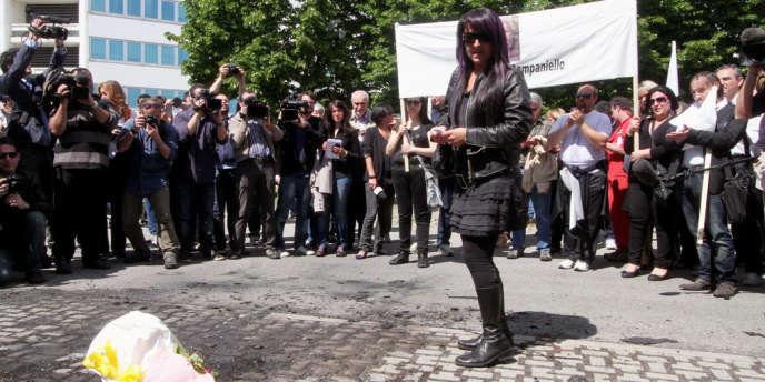 Tiziana Marrone, à Bologne, en mai 2012, lors d'une manifestation à la mémoire de son mari, Giuseppe Campaniello, un artisan qui, désespéré par la crise économique, s'était immolé par le feu.