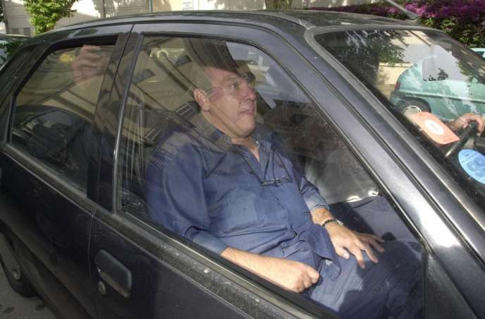 Michel Tomi quitte les locaux de la brigade financière de la police judiciaire d'Ajaccio, le 18 juin 2001.