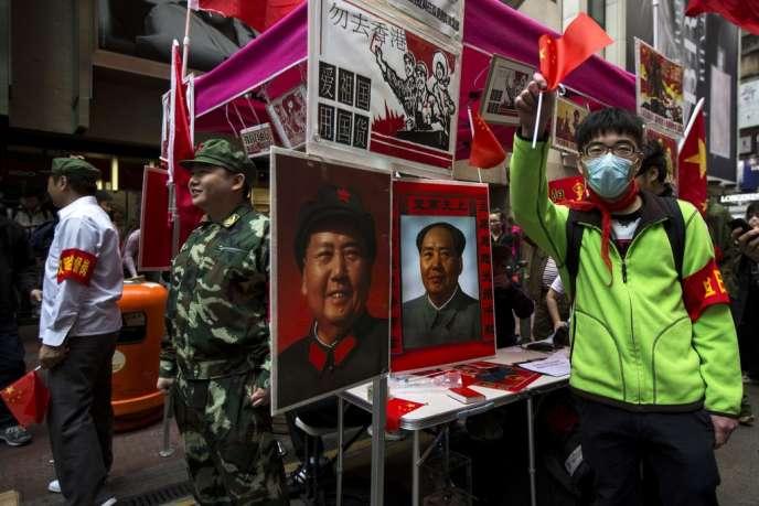 Des manifestants hostiles aux touristes chinois tournent en dérision le communisme, le 16 mars à Hongkong.