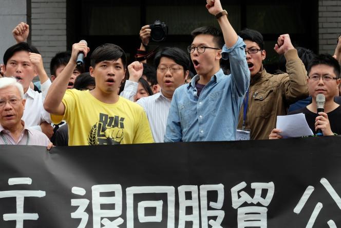 Des étudiants manifestent devant le parlement taïwanais, jeudi 27 mars à Taipei.