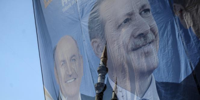 Sur l'affiche, le maire (AKP) d'Istanbul Kadir Topbas et Recep Tayyip Erdogan, le 21 mars.