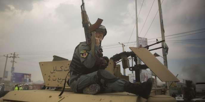 Un membre des forces afghanes lors de l'assaut du commando d'insurgés talibans, à Kaboul.