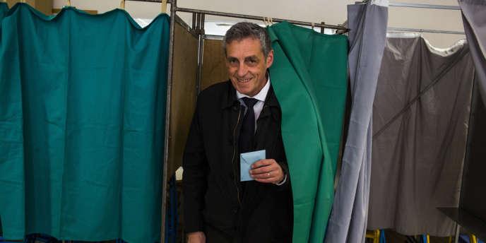 Philippe Saurel, dans un bureau de vote à Montpellier.