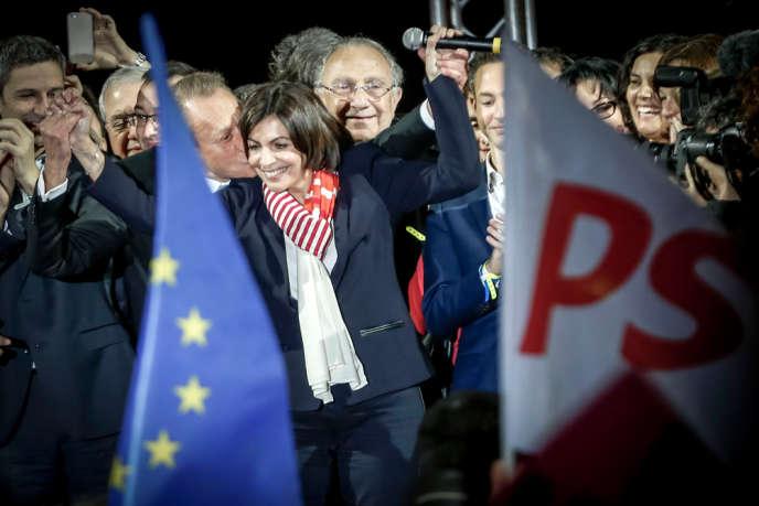 Bertrand Delanoë accompagne Anne Hidalgo pour fêter son éŽlection comme maire de Paris sur le parvis de la mairie de Paris, dimanche 30 mars.