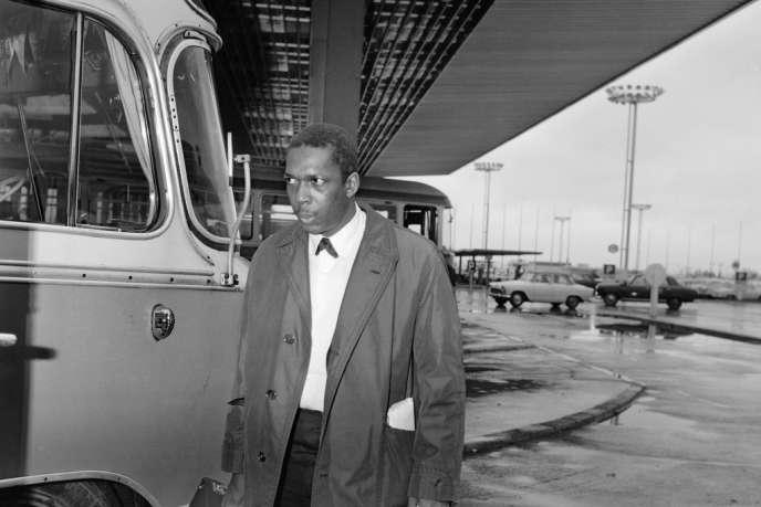 Photo non datée du saxophoniste ténor américain John Coltrane à l'aéroport d'Orly.