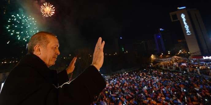 Recep Tayyip Erdogan fête la victoire de l'AKP au siège du parti, le 30mars.