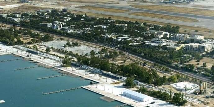 Hellinikon comprend des sites désaffectés des Jeux olympiques d'Athènes de 2004, une zone côtière de 3,5km de longueur et une marina.