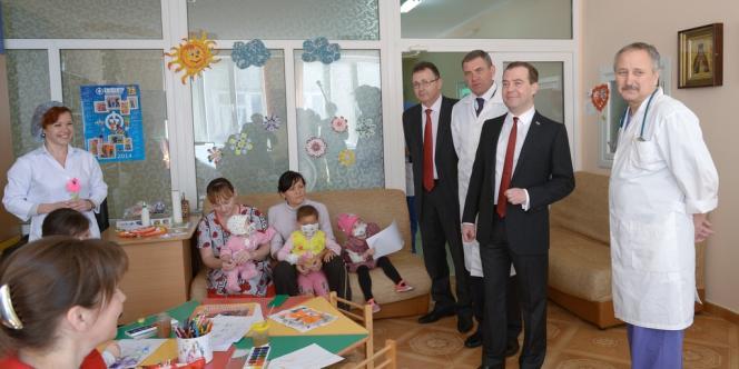 Dmitri Medvedev, en visite dans un hôpital en Crimée, le 31mars.