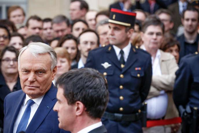 Passation de pouvoir entre Jean-Marc Ayrault et le nouveau Premier Ministre Manuel Valls dans la cour de Matignon.