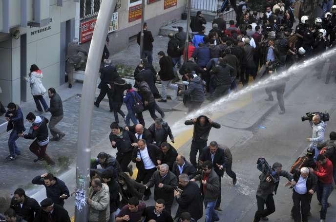 Les forces de l'ordre turques ont usé de canons à eau, mardi, pour disperser les manifestants dans les rues d'Ankara.