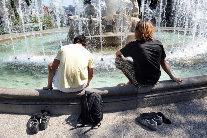 Des jeunes se rafraîchissent dans une fontaine toulousaine, en août 2009 (image d'illustration).