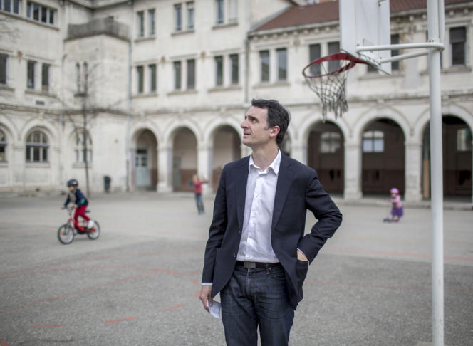 Eric Piolle, dans le bureau de vote de l'école Jean-Jaurès, à Grenoble, le 30 mars.