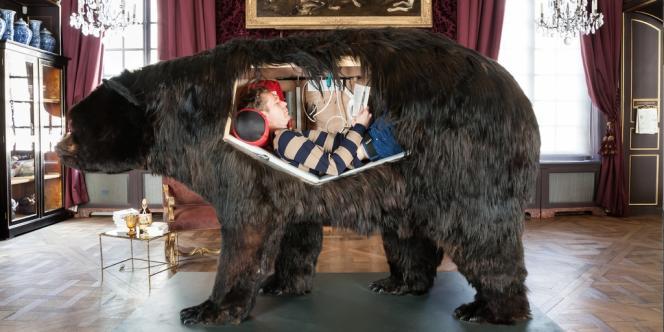 Abraham Poincheval installé dans son ours avant le début de sa performance de treize jours au Musée de la chasse et de la nature.