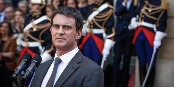 Passation de pouvoir entre Jean-Marc Ayrault et le nouveau premier ministre Manuel Valls dans la cour de Matignon, le 1er avril.