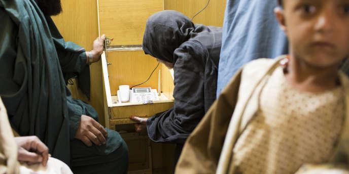 A Kandahar, les familles de détenus viennent s'entretenir au téléphone, grâce  à un programme mis en place par le Comité  International de la Croix Rouge.