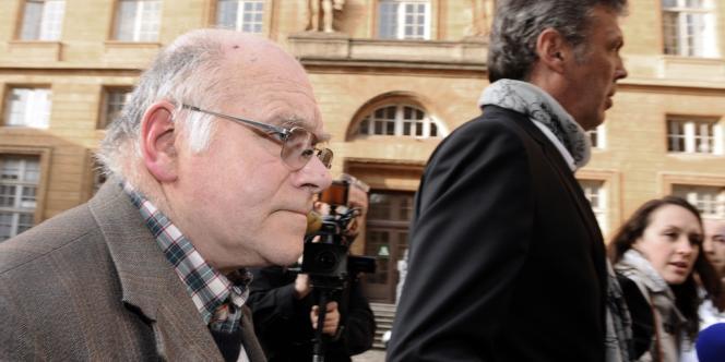 Henri Leclaire et son avocat Me Thomas Hellenbrand arrivent à la cour d'assises de Moselle à Metz, le 1er avril 2014.