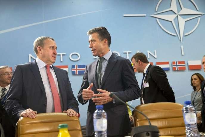 Le ministre ukrainien des affaires étrangères, Andrii Deshchytsia (à gauche), et Anders Fogh Rasmussen, secrétaire général de l'OTAN, le 1er avril, à Bruxelles.