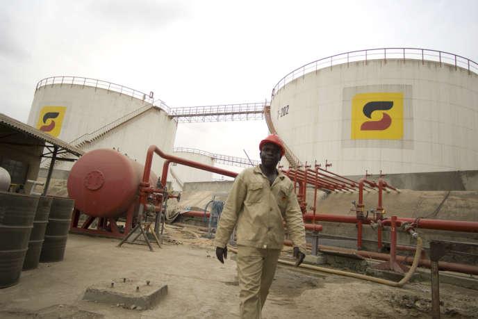 Un agent de sécurité de la compagnie pétrolière angolaise Sonangol, à Luanda. VANESSA VICK/REA