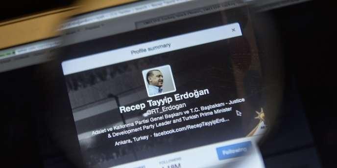 Les autorités turques ont décidé le blocage de Twitter le 20mars, sur instruction du premier ministre, Recep Tayyip Erdogan, qui souhaitait en finir avec la diffusion quotidienne sur Internet, depuis des semaines, d'accusations de corruption.