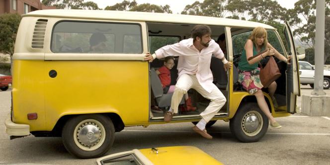 Toute la famille Hoover part à Redondo Beach (Californie) en minibus afin que la petite Olive (Abigail Breslin) participe à la finale du concours Little Miss Sunshine.