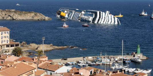 L'épave du Costa Concordia, le 14 janvier 2012, devant l'île du Giglio.