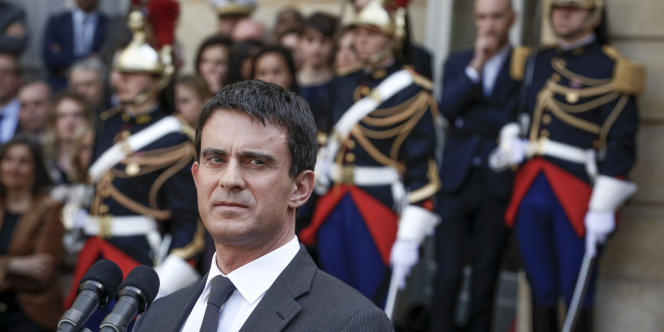 Passation de pouvoir entre Jean-Marc Ayrault et le nouveau Premier Ministre Manuel Valls dans la cour de Matignon. À Paris, mardi 1er avril 2014.