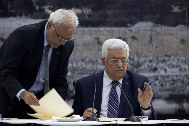 Mahmoud Abbas, le 1er avril à Ramallah, lors de la signature d'un document de candidature pour l'adhésion à des agences onusiennes.