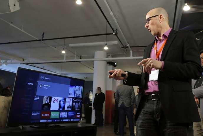 Un journaliste essaye la Fire TV après la conférence de presse donnée par Amazon à New York, le 2 avril.