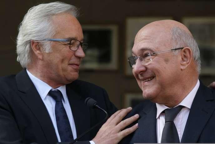 François Rebsamen et Michel Sapin lors de la passation de pouvoir au ministère du travail, le 3 avril.