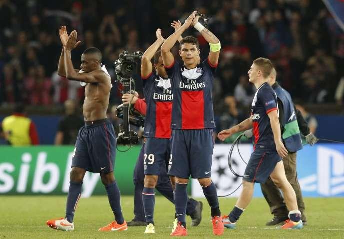 Le capitaine parisien, Thiago Silva, salue le public en fin de rencontre, après le quart de finale aller de la C1 contre Chelsea, le2avril 2014.