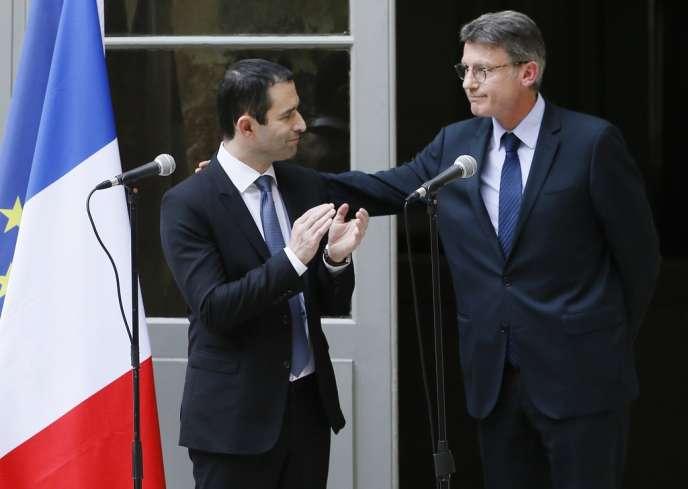 Le nouveau ministre de l'éducation nationale, Benoît Hamon (à gauche), lors de la passation de pouvoir avec son prédécesseur, Vincent Peillon, le mardi 2 avril.